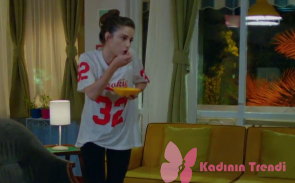 Dolunay Nazlı Kıyafetleri 6-7-8. Bölümler Nazlı karakterinin giydiği tshirt Topshop marka.